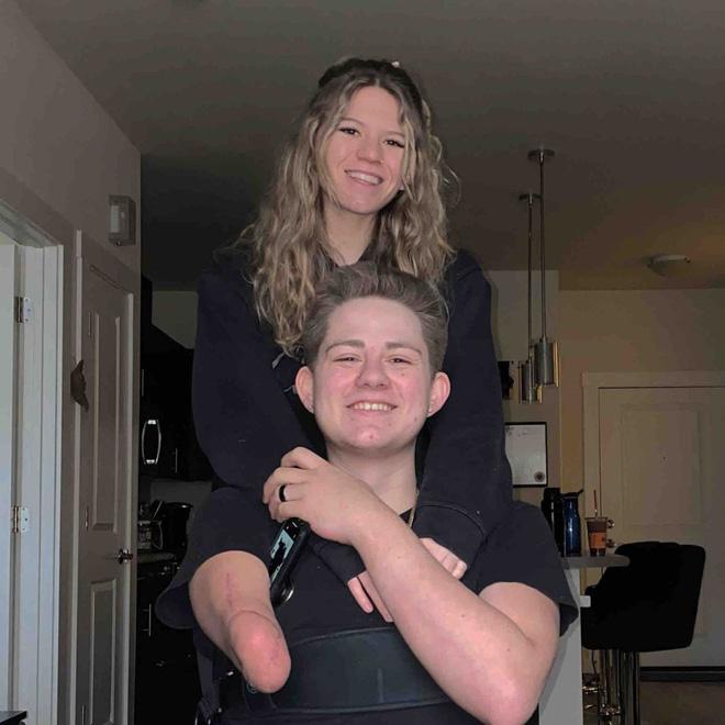 Chàng trai từng bị xe 4 tấn đè nát nửa người vẫn sống sót gây bất ngờ với hình ảnh hiện tại và chuyện tình lay động mọi trái tim - Ảnh 13.