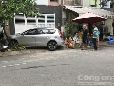 Một phụ nữ lái ô tô húc văng 2 mẹ con ở chung cư, bé gái trong xe bay người đập vào kính - Ảnh 4.
