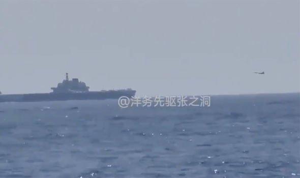 Trung Quốc nổi bão vì cảnh J-15 đáp xuống mẫu hạm Liêu Ninh trước mắt chiến hạm Mỹ ở biển Đông - Ảnh 1.