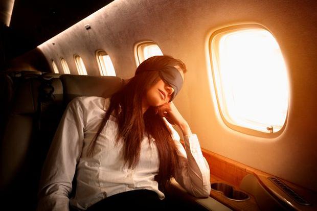 Tiếp viên hàng không lâu năm cảnh báo thói quen của nhiều người khi đi máy bay sau tưởng rất bình thường nhưng lại vô vàn tác hại - Ảnh 1.