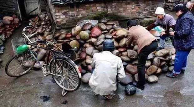 Ngôi làng kỳ lạ nơi chỉ cần nhặt vài cục đá cũng đủ mua xe, sửa nhà - Ảnh 2.