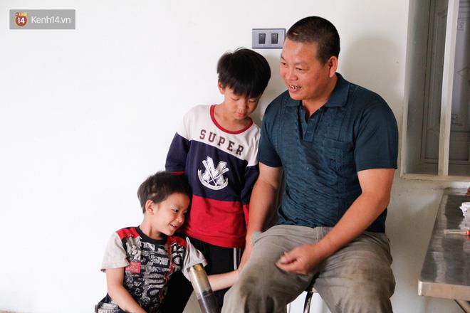 Vợ mất khi mang thai đứa con thứ 9, ông bố gà trống nuôi 8 đứa con thơ: Dù khó khăn, bố con mình vẫn nuôi nhau cho vui - Ảnh 8.