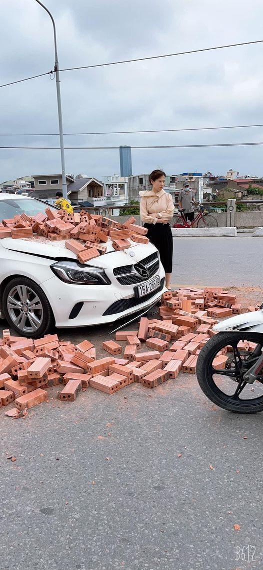 Xe xích lô chế chở gạch tông móp đầu Mercedes, nữ tài xế khoanh tay bất lực nhìn hiện trường - Ảnh 3.