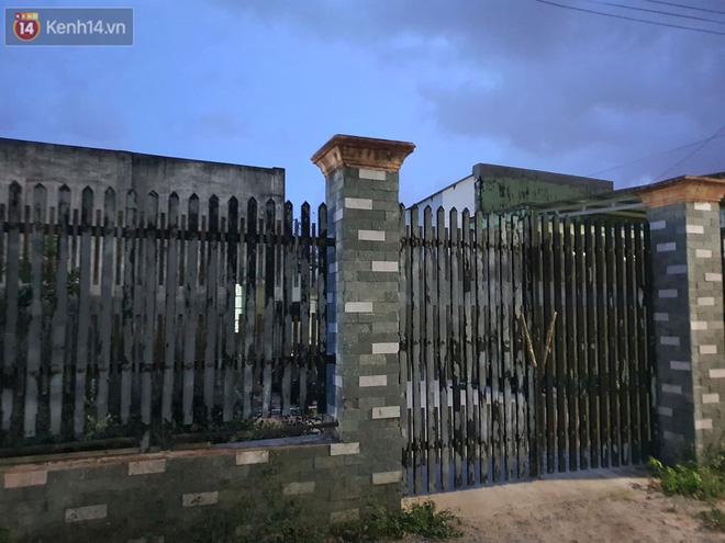 Ngôi nhà của kẻ sát hại, hiếp dâm bé gái 5 tuổi đóng kín cửa, không có người ra vào: Ổng như vậy tội cho đứa con đang đi học - Ảnh 2.