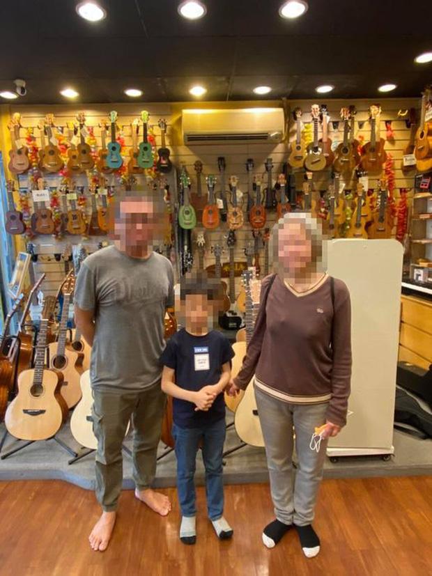 """Thấy cậu bé bỏ chạy sau khi làm chuyện """"lén lút"""" trong tiệm nhạc cụ, ông chủ đăng ảnh tìm danh tính và cái kết khiến ai cũng bất ngờ - Ảnh 4."""