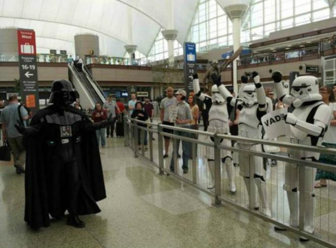 Loạt ảnh khó tin được chộp lại tại sân bay: Số 2 sẽ khiến nhiều người tưởng là 1 vụ án mạng (P2) - Ảnh 1.