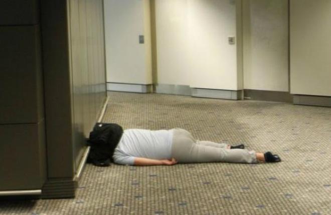 Loạt ảnh khó tin được chộp lại tại sân bay: Số 2 sẽ khiến nhiều người tưởng là 1 vụ án mạng (P2) - Ảnh 2.