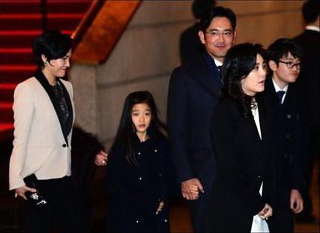 """Tiểu công chúa đế chế Samsung: Chiều cao khủng, bức ảnh cầm iPhone làm dậy sóng MXH và loạt fact ít ai biết về """"biểu tượng rich kid Hàn Quốc"""" - Ảnh 2."""
