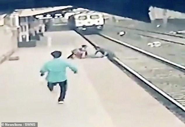 Khoảnh khắc kỳ diệu: Bé trai ngã xuống đường ray ngay lúc đoàn tàu đang lao đến, thoát chết ngoạn mục nhờ phép màu trong 3 giây - Ảnh 2.