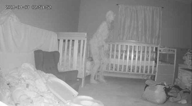Xem lại đoạn clip TikTok quay trong bếp, bà mẹ rùng mình thấy hình bóng lạ phía sau, dân mạng cũng nổi da gà - Ảnh 5.