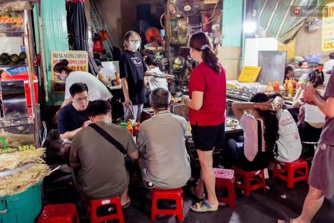 Khu chợ ẩm thực đã vào là không có đường ra ở Sài Gòn: Phần vì đồ ăn ngon, phần vì… đông muốn ná thở! - Ảnh 8.