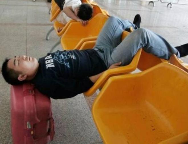 Loạt ảnh khó tin được chộp lại tại sân bay: Số 2 sẽ khiến nhiều người tưởng là 1 vụ án mạng (P2) - Ảnh 3.