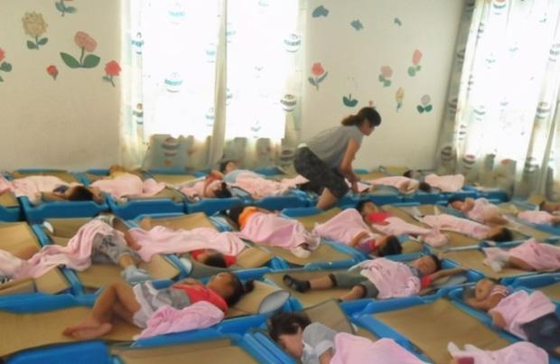 Gửi vào nhóm phụ huynh bức ảnh các con đang ngủ trưa, cô giáo mầm non liền bị công kích tập thể, phải xin lỗi ngay lập tức - Ảnh 3.