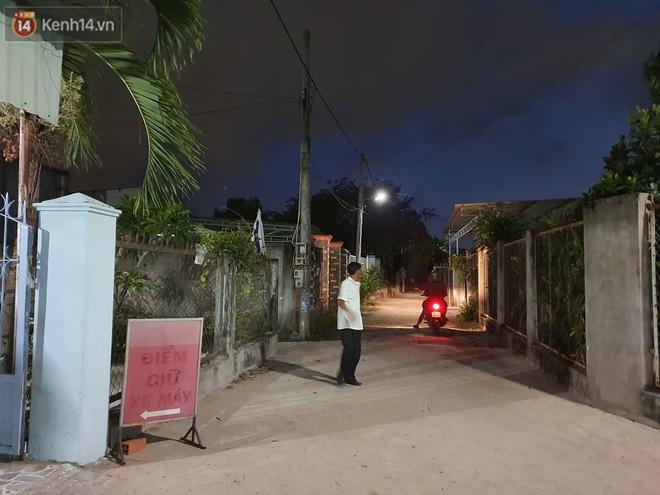 Ngôi nhà của kẻ sát hại, hiếp dâm bé gái 5 tuổi đóng kín cửa, không có người ra vào: Ổng như vậy tội cho đứa con đang đi học - Ảnh 4.
