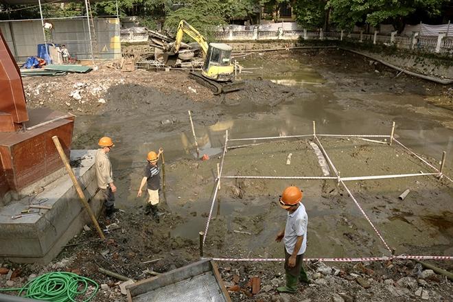 Cận cảnh tu sửa hồ chứa xác pháo đài bay B52 ở Hà Nội - Ảnh 4.