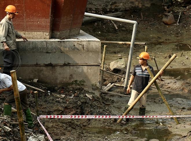 Cận cảnh tu sửa hồ chứa xác pháo đài bay B52 ở Hà Nội - Ảnh 5.