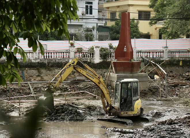 Cận cảnh tu sửa hồ chứa xác pháo đài bay B52 ở Hà Nội - Ảnh 6.