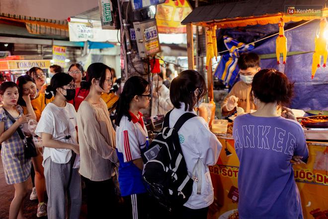 Khu chợ ẩm thực đã vào là không có đường ra ở Sài Gòn: Phần vì đồ ăn ngon, phần vì… đông muốn ná thở! - Ảnh 11.