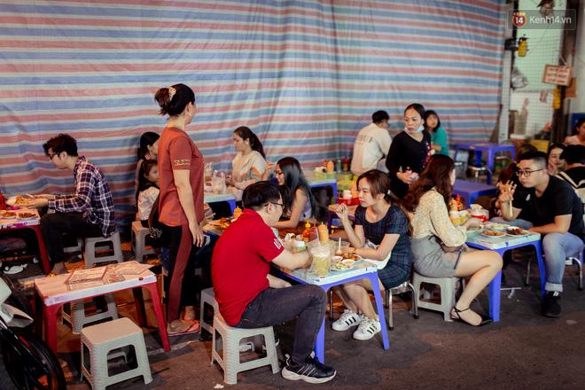 Khu chợ ẩm thực đã vào là không có đường ra ở Sài Gòn: Phần vì đồ ăn ngon, phần vì… đông muốn ná thở! - Ảnh 14.