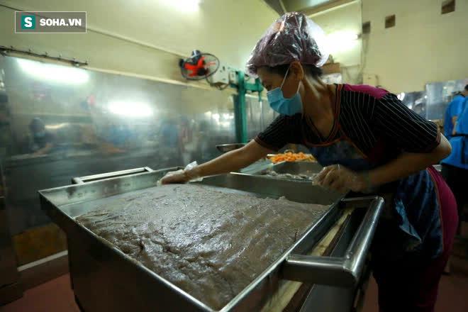 Tiệm bánh pía 73 năm của người Hoa làm ra chiếc bánh độc nhất trên thị trường thế nào? - Ảnh 5.