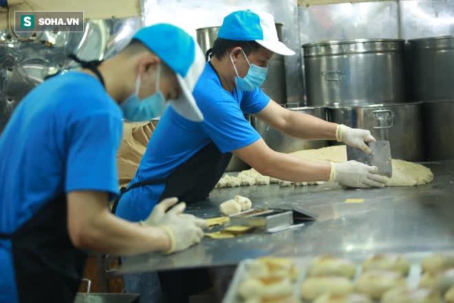 Tiệm bánh pía 73 năm của người Hoa làm ra chiếc bánh độc nhất trên thị trường thế nào? - Ảnh 4.