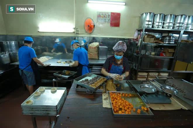 Tiệm bánh pía 73 năm của người Hoa làm ra chiếc bánh độc nhất trên thị trường thế nào? - Ảnh 3.