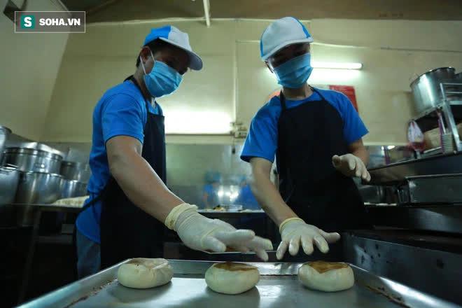 Tiệm bánh pía 73 năm của người Hoa làm ra chiếc bánh độc nhất trên thị trường thế nào? - Ảnh 10.