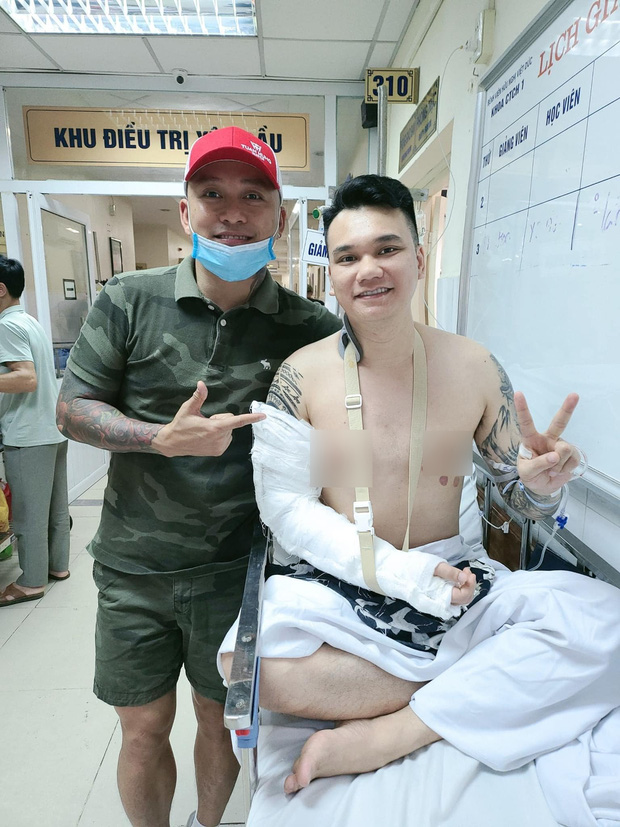 Tuấn Hưng tiết lộ tình trạng sức khoẻ của Khắc Việt, thông báo 1 điều thay đổi của nam ca sĩ hậu phẫu thuật vì tai nạn gãy xương - Ảnh 1.