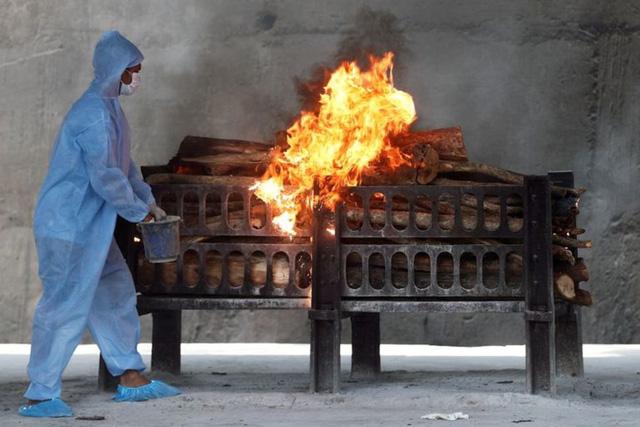 Đài hóa thân quá tải, Ấn Độ hỏa thiêu nạn nhân COVID-19 ngoài trời - Ảnh 2.