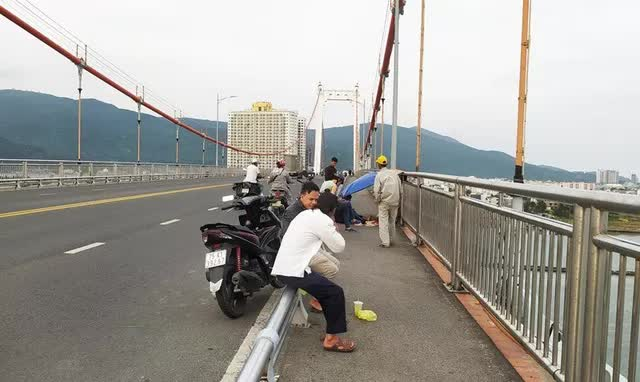 Xót xa bức thư tuyệt mệnh của nam sinh nhảy cầu Thuận Phước tự vẫn - Ảnh 1.