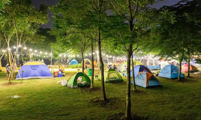 Chưa kịp đặt tour du lịch 30/4-1/5, bạn vẫn có thể trải qua kỳ nghỉ đáng nhớ với 4 địa điểm cắm trại vừa rộng vừa thoáng này: Cùng gia đình khám phá cuộc sống theo cách khác - Ảnh 2.