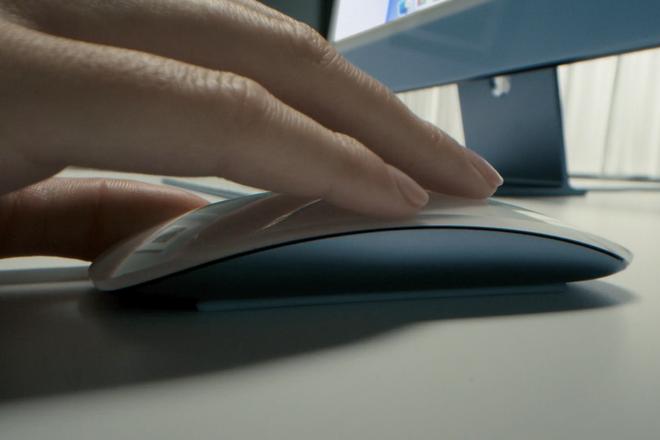 """Sau hơn 5 năm, Apple vẫn không thay đổi cách sạc pin """"độc đáo"""" của Magic Mouse - Ảnh 1."""