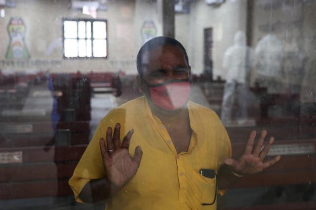 Đài hóa thân quá tải, Ấn Độ hỏa thiêu nạn nhân COVID-19 ngoài trời - Ảnh 3.