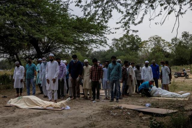 Đài hóa thân quá tải, Ấn Độ hỏa thiêu nạn nhân COVID-19 ngoài trời - Ảnh 4.