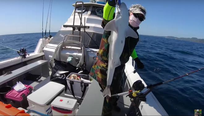 Tranh cãi việc nhà Quỳnh Trần JP ra biển câu cá mập con để ăn, cảnh máu me cũng được đưa ngay lên video - Ảnh 4.