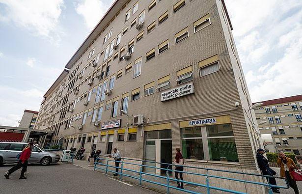 Nhân viên bệnh viện trốn việc 15 năm vẫn nhận lương, tổng cộng gần 15 tỷ đồng - Ảnh 1.