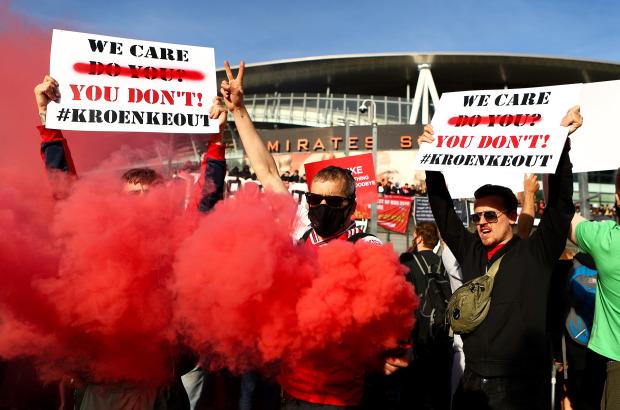 Biểu tình phản đối ông chủ Arsenal, 1 CĐV bị gãy chân - Ảnh 1.
