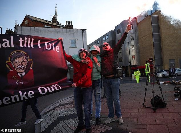 Biểu tình phản đối ông chủ Arsenal, 1 CĐV bị gãy chân - Ảnh 9.