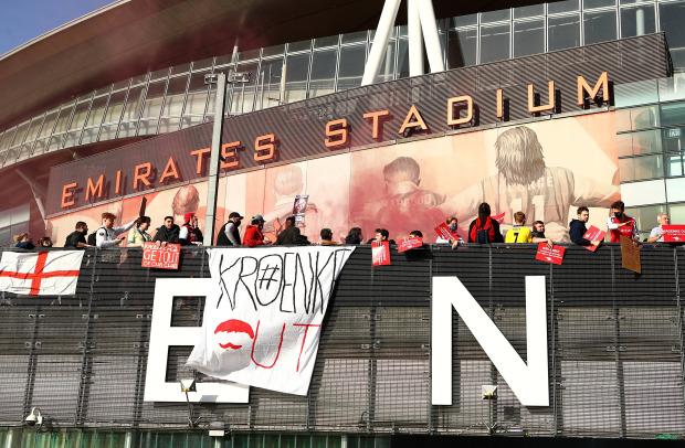 Biểu tình phản đối ông chủ Arsenal, 1 CĐV bị gãy chân - Ảnh 2.