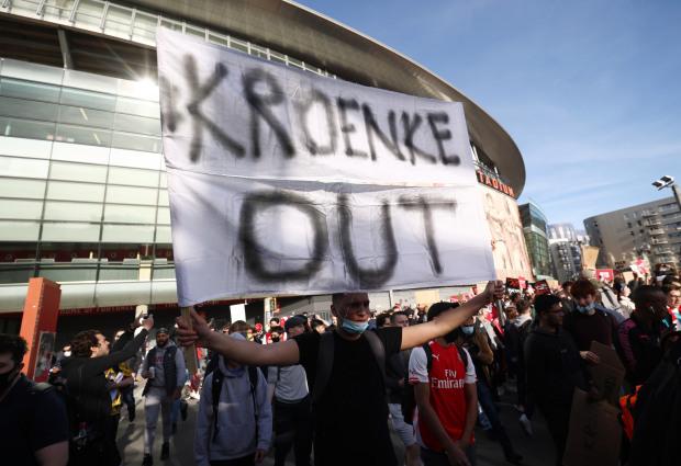 Biểu tình phản đối ông chủ Arsenal, 1 CĐV bị gãy chân - Ảnh 5.