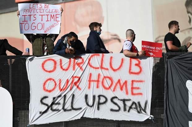 Biểu tình phản đối ông chủ Arsenal, 1 CĐV bị gãy chân - Ảnh 6.