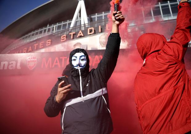 Biểu tình phản đối ông chủ Arsenal, 1 CĐV bị gãy chân - Ảnh 7.