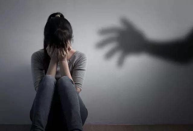 Con gái bị nhân tình của mẹ cưỡng hiếp, mẹ nằm ngay cạnh nhưng nằm im, không dám lên tiếng - Ảnh 1.