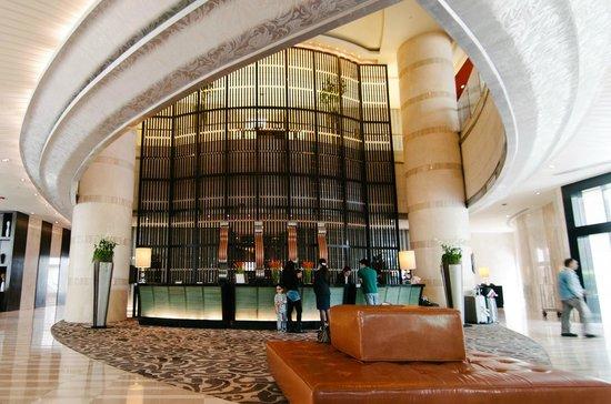Thái Lan: Nhà giàu nằm khách sạn 5 sao điều trị, nhà nghèo bị bệnh viện quay lưng - Ảnh 1.