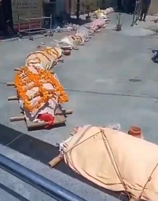 Ám ảnh clip thi thể xếp hàng dài chờ hỏa táng ở Ấn Độ: 'Băng chuyền tử thần' hé lộ hiện thực tàn khốc - Ảnh 1.