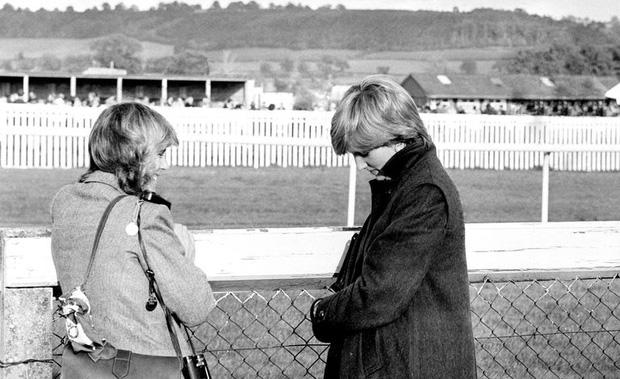 """Những khoảnh khắc hiếm có Công nương Diana chung khung hình cùng bà Camilla - """"kẻ thứ 3"""" gây ám ảnh suốt 15 năm hôn nhân bi kịch - Ảnh 4."""