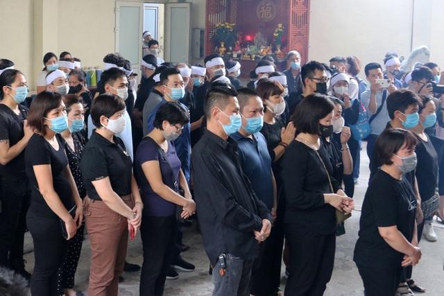Bạn học mang bông hồng trắng tiễn biệt bé gái 10 tuổi trong vụ cháy 4 người chết ở phố Tôn Đức Thắng tại Hà Nội - Ảnh 2.