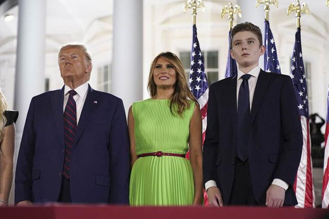 Barron Trump hiếm hoi lộ diện cùng cha mẹ với ngoại hình hiện tại chiếm trọn mọi sự chú ý - Ảnh 3.