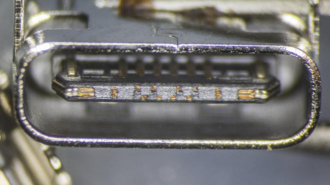 So sánh đầu nối USB-C loại 1 nghìn đồng và 5 nghìn đồng dưới kính hiển vi: đắt hơn gấp 5 nhưng chất lượng có hơn tương xứng? - Ảnh 6.