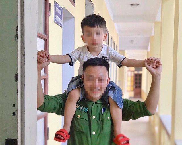 Cậu bé 2 tuổi khóc ngặt trong đêm tại đồn công an và giọt nước mắt của người mẹ 9x mang hàng cấm - Ảnh 3.